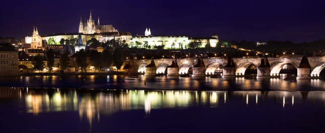 St Vitus's Cathedral「Prague Castle, Saint Vitus Cathedral and Charles Bridge at dusk, Prague, Czech Republic」:スマホ壁紙(1)