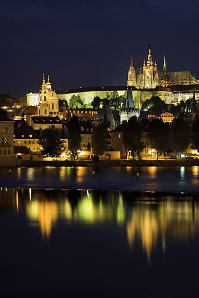 Prague Castle, Saint Vitus Cathedral and Vlatava River at dusk, Prague, Czech Republic:スマホ壁紙(壁紙.com)