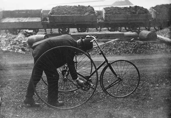In A Row「Man With Tricycle At Rail Yard」:写真・画像(18)[壁紙.com]