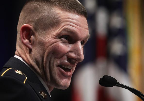 Daniel Gi「Army Chief Of Staff Gen. Ray Odierno Swears In Command Sgt. Maj. Daniel Dailey」:写真・画像(19)[壁紙.com]