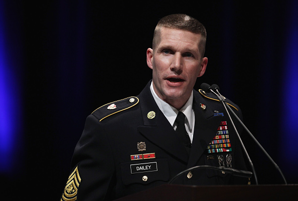 Daniel Gi「Army Chief Of Staff Gen. Ray Odierno Swears In Command Sgt. Maj. Daniel Dailey」:写真・画像(7)[壁紙.com]