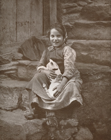 子猫「Two Little Swiss Villagers At Hospenthal, 1916」:写真・画像(17)[壁紙.com]