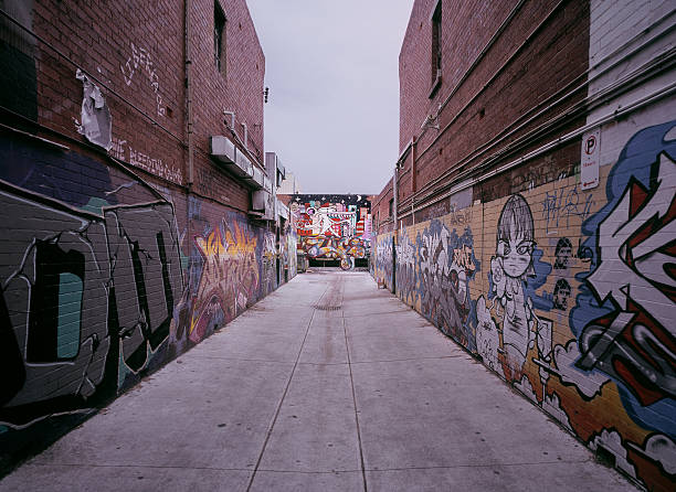 Alley filled with colorful graffiti in Melbourne:スマホ壁紙(壁紙.com)