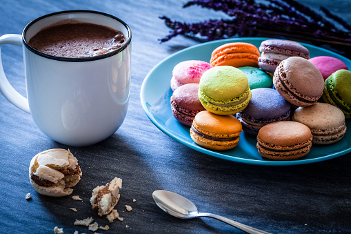 Bakery「Macaroons and hot chocolate shot from above on dark table」:スマホ壁紙(13)