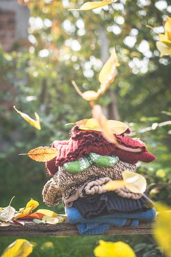手袋「Stack of warm clothing and falling autumn leaves」:スマホ壁紙(7)