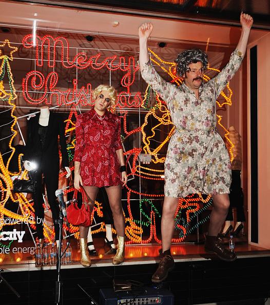 Noel Fielding「Stella McCartney Switches On Store Christmas Lights」:写真・画像(8)[壁紙.com]