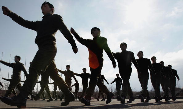 People In A Row「Army Recruits Go Through Basic Training In Winchester」:写真・画像(5)[壁紙.com]