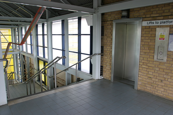 Footbridge「Lift access to platforms on footbridge at Jewellery Quarter station」:写真・画像(15)[壁紙.com]