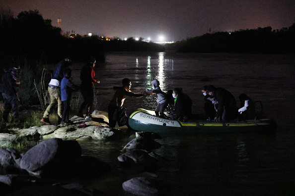 Southern USA「Migrants Cross Into Texas From Mexico」:写真・画像(4)[壁紙.com]