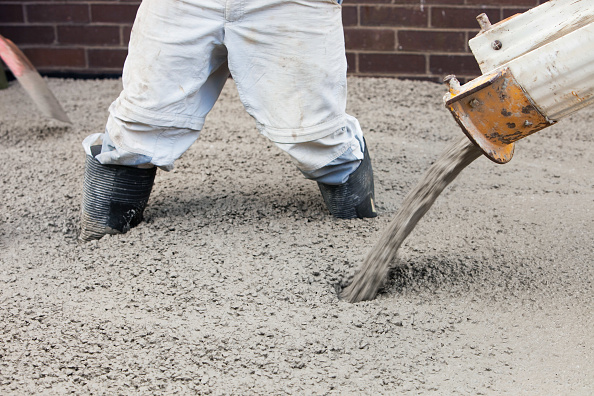 Pouring「Pouring concrete for the floor of a house extension, Ambleside, UK.」:写真・画像(2)[壁紙.com]