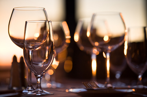 Defocused「Elegant wine glasses」:スマホ壁紙(13)