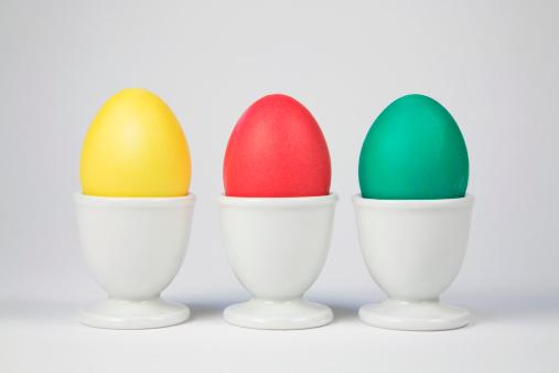 ゆで卵立て「Colored Easter eggs in egg cups」:スマホ壁紙(6)