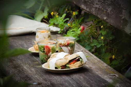 Picnic「Picnic with vegetarian snacks on bench」:スマホ壁紙(11)