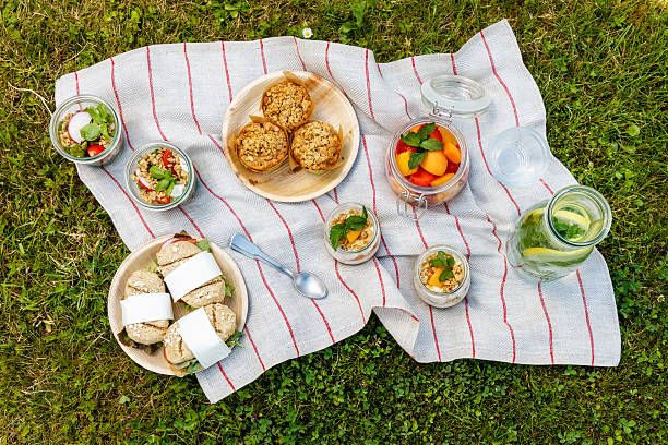 Picnic with vegetarian snacks on meadow:スマホ壁紙(壁紙.com)