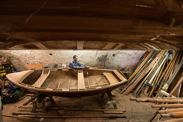 Rowboat「Craftsmen Use Traditional Methods To Build Wooden Rowing Boats」:写真・画像(0)[壁紙.com]