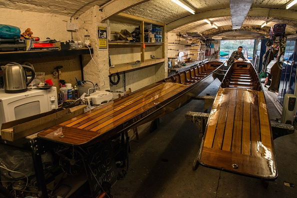 Rowboat「Craftsmen Use Traditional Methods To Build Wooden Rowing Boats」:写真・画像(2)[壁紙.com]