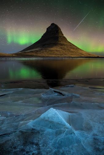 Milky Way「Meteor over Kirkjufell, Iceland」:スマホ壁紙(11)