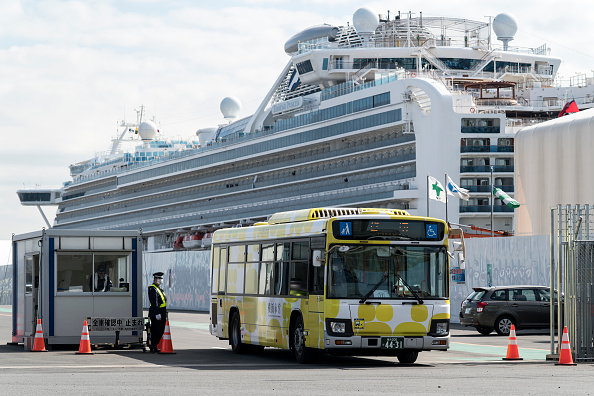 Tomohiro Ohsumi「Passengers Disembark Diamond Princess Cruise Ship After Quarantine Ends」:写真・画像(11)[壁紙.com]