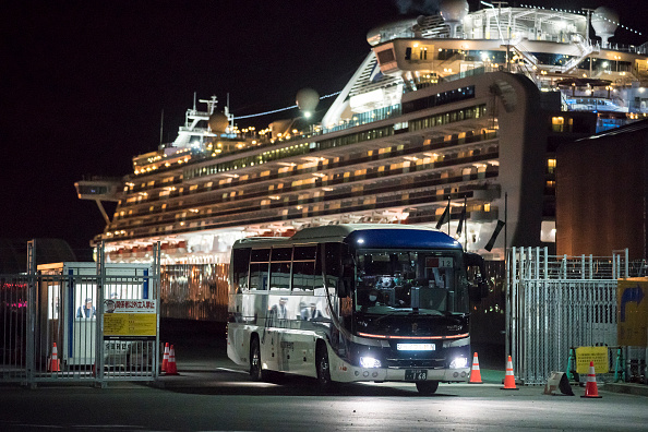 Tomohiro Ohsumi「Passengers Disembark Diamond Princess Cruise Ship After Quarantine Ends」:写真・画像(15)[壁紙.com]