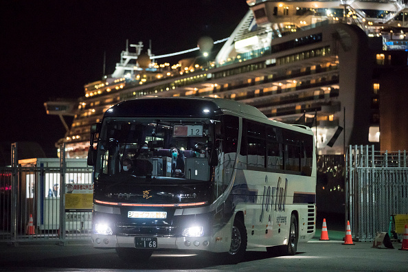 Tomohiro Ohsumi「Passengers Disembark Diamond Princess Cruise Ship After Quarantine Ends」:写真・画像(10)[壁紙.com]