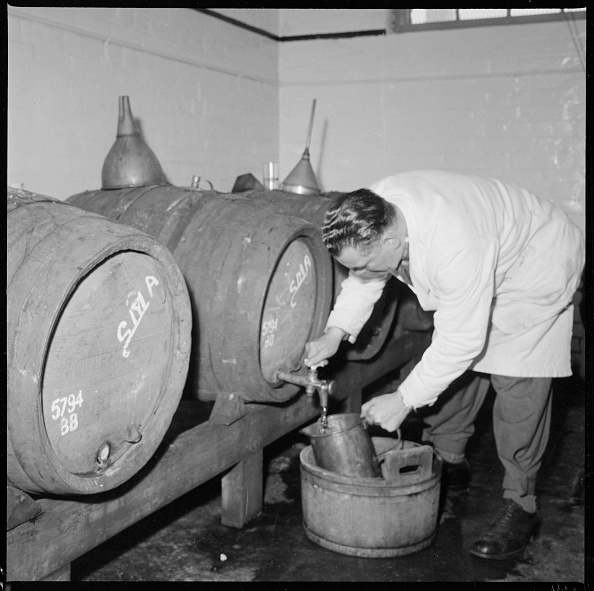Pouring「Man Drawing A Sample Of Beer From A Barrel」:写真・画像(16)[壁紙.com]