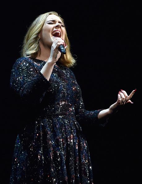 歌う「Adele Performs At The O2 Arena」:写真・画像(9)[壁紙.com]