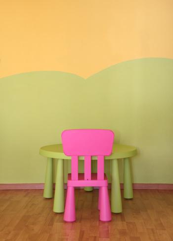 子供時代「Child's chair and table」:スマホ壁紙(18)