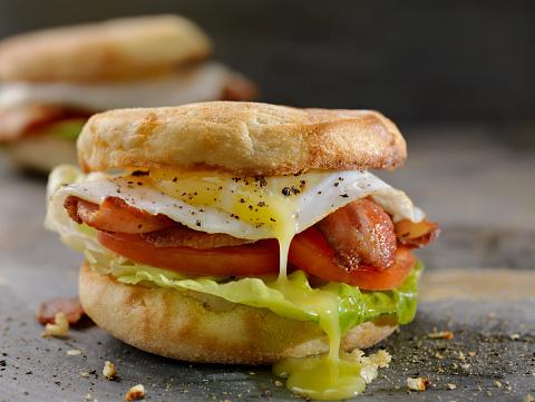 Toasted Food「Fried Egg, BLT Breakfast Sandwiches on English Muffins」:スマホ壁紙(14)