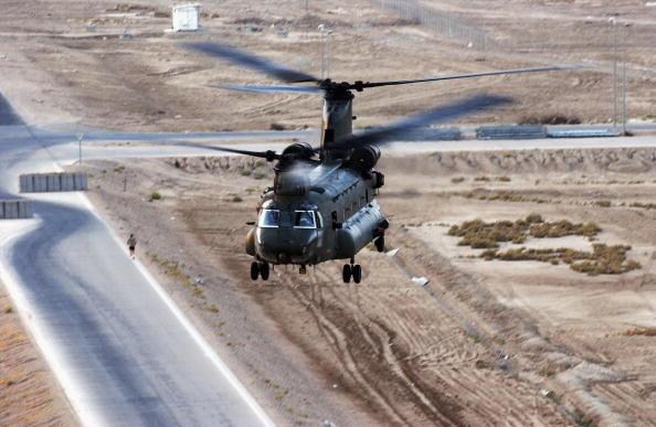 CH-47 Chinook「Iraqi Air Force Pilots Train At Basrah Airbase」:写真・画像(2)[壁紙.com]