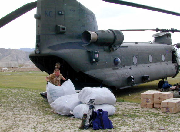 CH-47 Chinook「Royal Air Force Crew Members Unload Blankets Cooking Sets Food And Other Aid From A Br」:写真・画像(11)[壁紙.com]