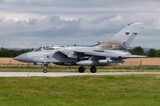 RAF「A Royal Air Force Tornado GR4 preparing to take off from RAF Lossiemouth, Scotland.」:スマホ壁紙(11)