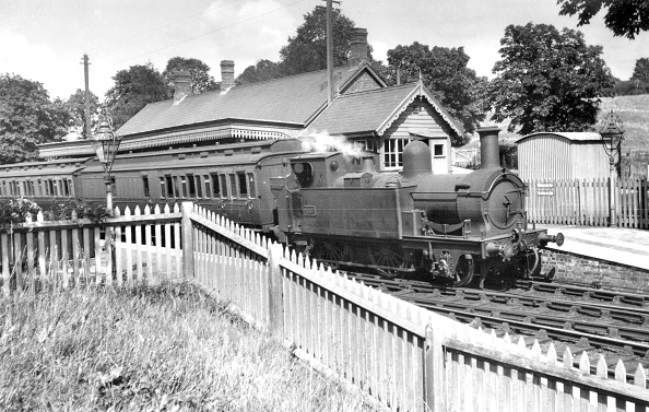 T 「Chipping Norton station with a GW 2-4-0T No. 457 on 4 August 1934. The train is a two coach shuttle service from Kingham on the Cotswold line. Kingham was originally Chipping Norton Junction until the line was extended at both ends to join Cheltenham and」:写真・画像(17)[壁紙.com]