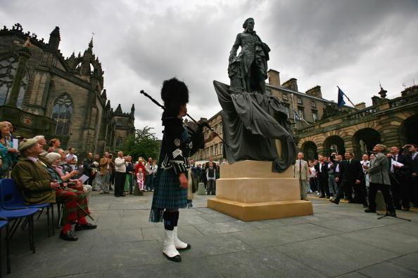 スコットランド文化「Statue Of Economist Adam Smith Unveiled At Edinburgh's Royal Mile」:写真・画像(10)[壁紙.com]