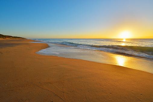 90マイルビーチ「Sandy Beach at Sunrise」:スマホ壁紙(14)