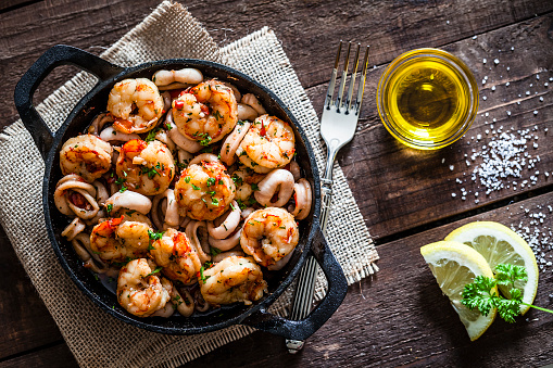 Prawn - Seafood「Shrimps and calamari rings cooked on iron cast pan」:スマホ壁紙(3)