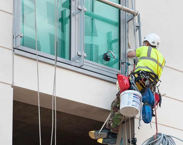 Rappelling「Window cleaner on ropes and suction grips outside an office window」:写真・画像(7)[壁紙.com]
