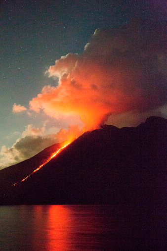 Aeolian Islands「Stromboli volcano with lava flow at night」:スマホ壁紙(13)
