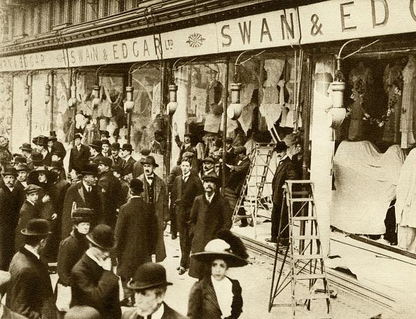Window「Suffragettes smashing windows on Regent Street in 1912」:写真・画像(9)[壁紙.com]
