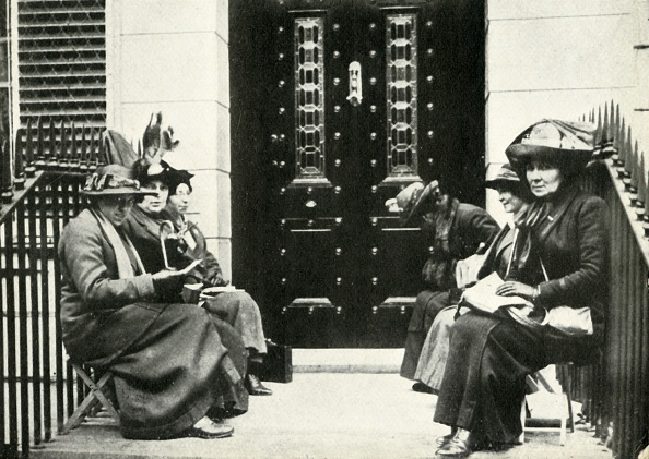 Women's Issues「Suffragettes Waiting On The Doorstep Of Sir Edward Carsons London Home」:写真・画像(8)[壁紙.com]