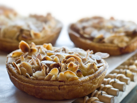 Meal「Almonds Apple Tart in a display window」:スマホ壁紙(15)