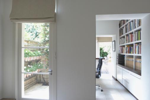 Order「Empty home office with bookshelves」:スマホ壁紙(6)
