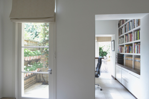 Blinds「Empty home office with bookshelves」:スマホ壁紙(8)
