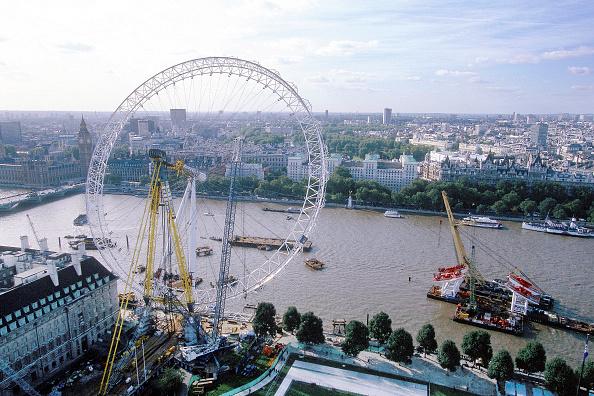 Construction Equipment「Erection of London Eye Millennium Wheel. London, United Kingdom. Designed by David Marks and Julia Barfield.」:写真・画像(12)[壁紙.com]