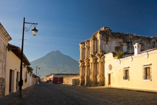 Agua Volcano「Antigua Old Town, Guatemala」:スマホ壁紙(3)