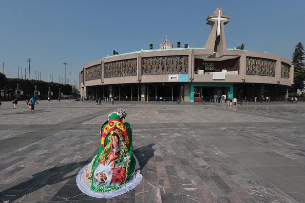 バシリカ「Pilgrims Arrive to Mexico City Ahead the Day Of Our Lady Of Guadalupe」:写真・画像(15)[壁紙.com]