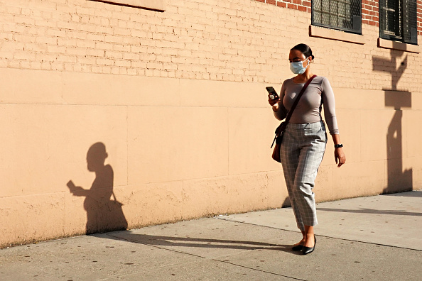 Walking「Re-opening Continues Across Densely Populated New York And New Jersey Areas」:写真・画像(12)[壁紙.com]