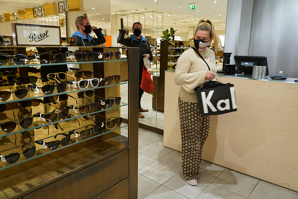 Paying「KaDeWe Department Store Reopens During The Coronavirus Crisis」:写真・画像(12)[壁紙.com]