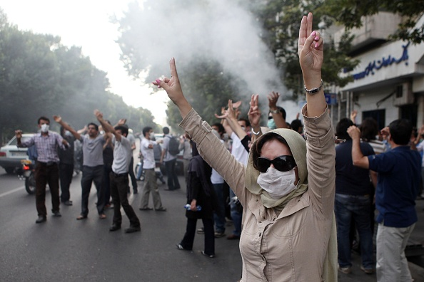 Arms Raised「Iranian Protesters Clash With Security Forces」:写真・画像(10)[壁紙.com]