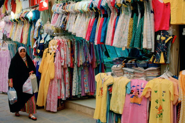 Clothing Store「Woman Shopping in Souk, Kuwait」:写真・画像(2)[壁紙.com]