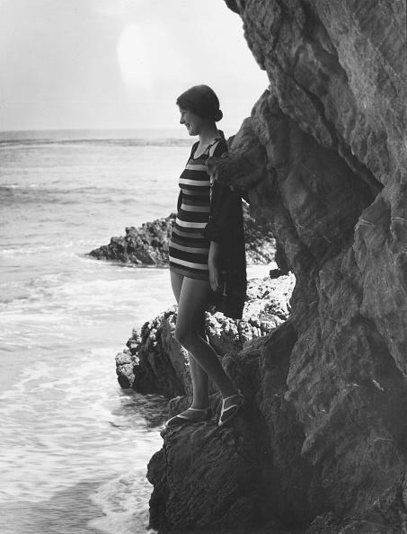 Cool Attitude「Bather By Cliffs」:写真・画像(5)[壁紙.com]